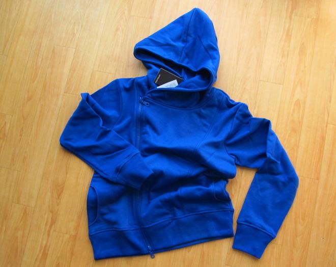 青いパーカー、厚手の生地で秋冬にピッタリじゃい。Amazonタイムセールの罠にハマル。