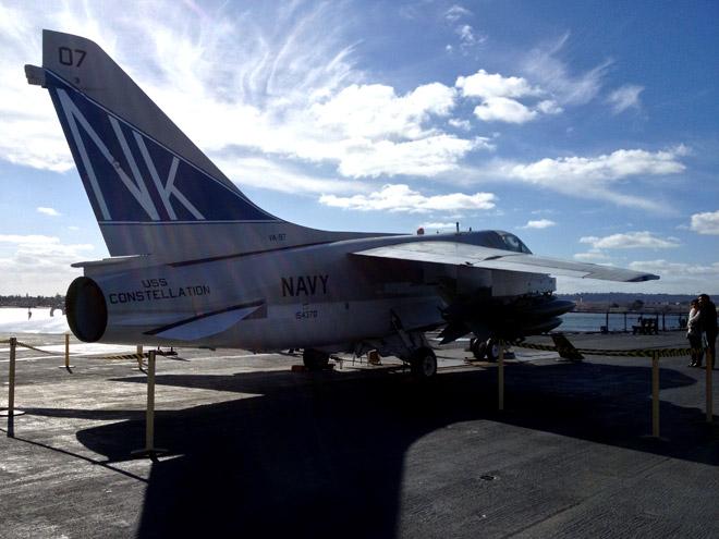 空母ミッドウェイの飛行甲板へ!空母の大きさに驚愕しつつ艦載機の展示を見回る!Look around the USS MIDWAY Flight Deck.