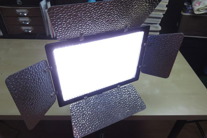 600球のLEDライトが作る豊富な光量【Yongnuo 600 LEDビデオライト】AC電源付きで使える!