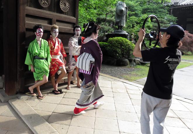 お寺に集合だッ!財部亮治さんのミュージックビデオを撮影!人力車も投入する大規模なセッションに?