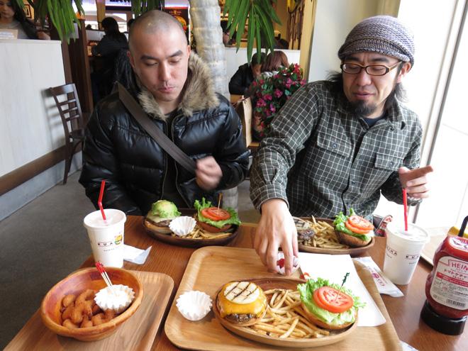 【クア・アイナ】肉厚ハンバーガー食べる!肉汁あふれるバーガーは美味いっ!りんくうプレミアムアウトレット店です。